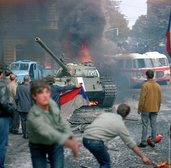 Утром 22 августа пражская молодёжь начала строить баррикады, атаковать танки, забрасывала их камнями, бутылками с горючей смесью, пыталась поджигать военную технику. По всей Праге начались массовые акции саботажа