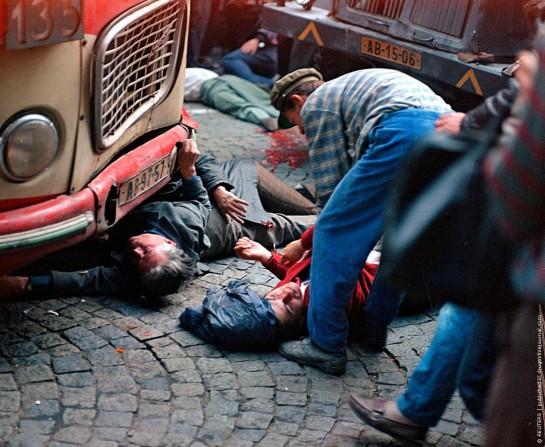 В семь утра танки направились на Виноградскую, 12, где располагалось Радио Праги. Жители успели построить там баррикады, советские танки стали прорываться, а солдаты открыли стрельбу по людям. В то утро у здания Радио погибли семнадцать человек, ещё 52 были ранены и доставлены в больницу