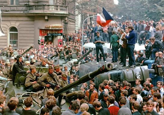 Единственным видом сопротивления, с которым столкнулись оккупанты, был гражданский протест. Особенно ярко это проявилось в Праге, где безоружные жители города устроили настоящую обструкцию захватчикам