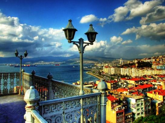 Измир считается, пожалуй, одним из наиболее ярких центров светской турецкой культуры. И в поддержании этого реноме немалая заслуга, конечно же, принадлежит стоящим у руководства города левоцентристам. Город известен как центр проведения многочисленных конгрессов, выставок и конференций