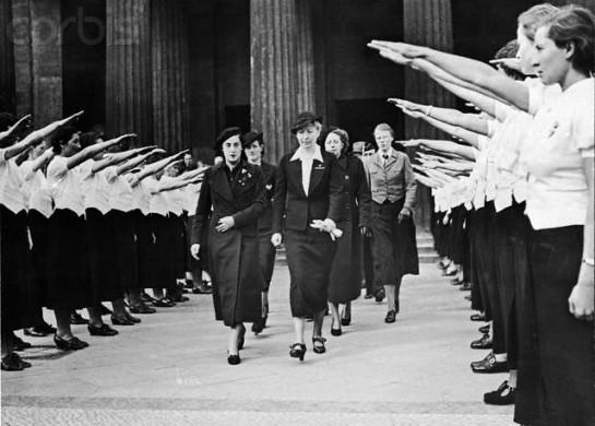 Пилар Примо де Ривера (слева) — большой успех Франко, с его точки зрения, — перешла во франкистский лагерь и стала главой женской секции (Section Femenina) ФЭТ и де лас ХОНС