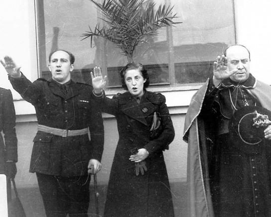 Изначально Пилар Примо де Ривера (в центре), сестра Хосе Антонио, была против союза фалангистов с Франко
