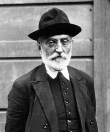 Мигель де Унамуно осудил необузданное восхваление войны и репрессий. Он сказал, что «гражданская война — война нецивилизованная», что каталонцы и баски не больше антииспанцы, чем присутствующие на церемонии. «Я баск и посвятил всю свою жизнь преподаванию вам испанского языка, которого вы не знаете», - бросил он франкистам