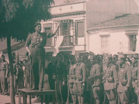 С Фалом Конде (на фото - оратор) заключили сделку, и карлистское движение приветствовало унификацию с откровенной радостью, с захлебывающимися от восхвалений газетными статьями и мешками поздравительных писем и телеграмм в адрес Франко