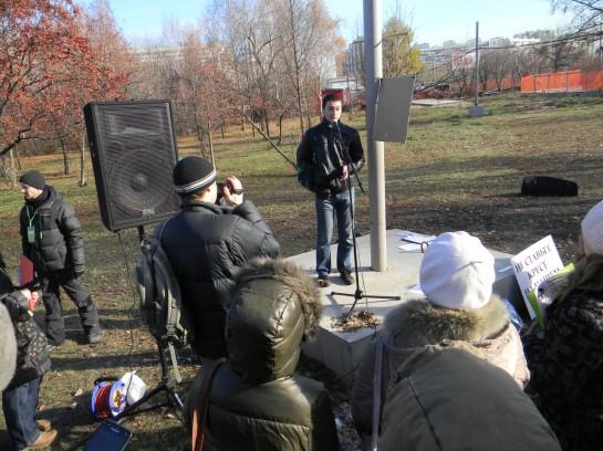 На митинге выступил активист НБ-платформы Михаил Пулин, вызвав негодование НОДовцев своими бездуховными речами