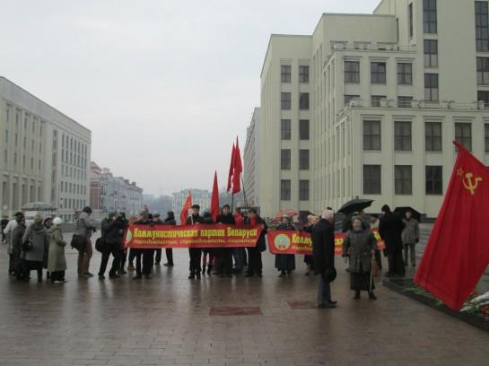 Группа молодых радикально настроенных ребят раздаёт листовки с красными лентами, пока оркестр дотягивает последние ноты государственного гимна. Вокруг шныряют либеральные журналисты