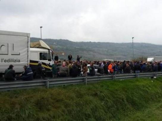 Работники сталелитейного предприятия в Терни (город в провинции Умбрия), бастующие с 22 октября, сегодня, в среду перекрыли автостраду Соле, соединяющую их город с городом Орте (провинция Лацио)