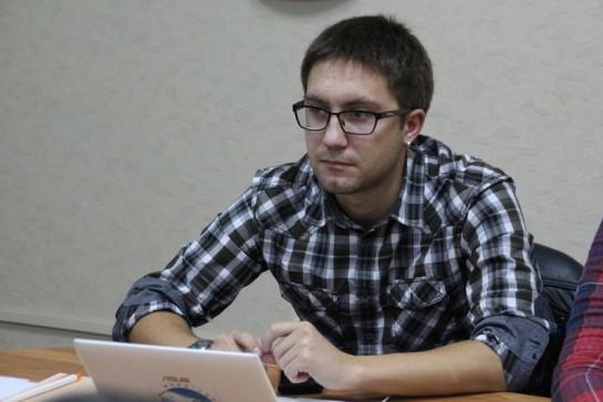 Антона Наумлюка, корреспондента ИА «Версия-Саратов», первым в России осудили за отсутствие отличительного знака «Прессы», обвинив его в нарушении части 5 статьи 20.2 административного кодекса