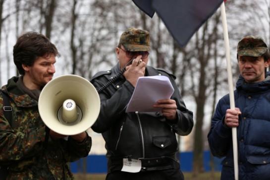 Человек — это стиль. И политика — это стиль. Стиль «Славянской силы Северо-Запада» — это какая-то эклектика: шапочки, похожие на кепки солдат Вермахта, куртки-косухи, камуфляжные штаны, тяжёлые ботинки с высокой шнуровкой и очки с тёмными стёклами