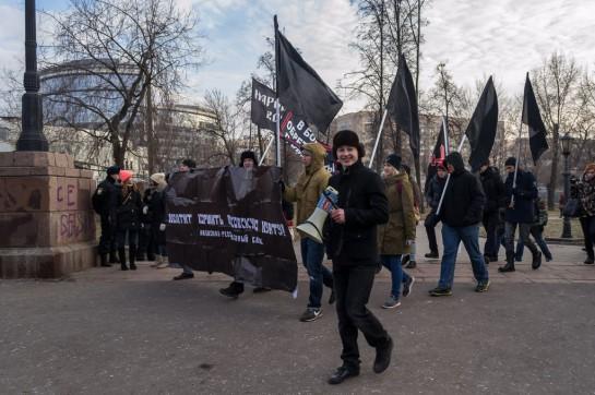 Нашли свою нишу и сторонники максималистских идей - радикально смотрелся и звучал «Национал-революционый блок». Несколько десятков молодых людей политнекорректно кричали: «Хватит кормить московскую хунту», «Народу бесплатную медицину – чиновникам гильотину»