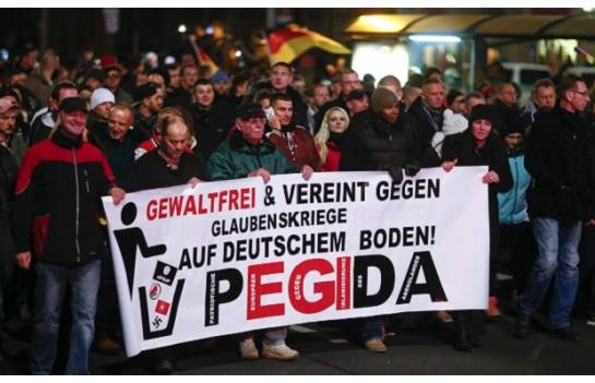 """К движению, участники которого называют себя PEGIDA или """"Патриотические европейцы против исламизации Запада"""", присоединились крайние правые, а также простые немцы, встревоженные резким ростом числа беженцев"""