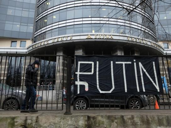 17 декабря в 13 часов сотрудники Комиссариата социальной мобилизации повесили баннер со знаком «обвисшего рубля» у здания Санкт-Петербургской биржи