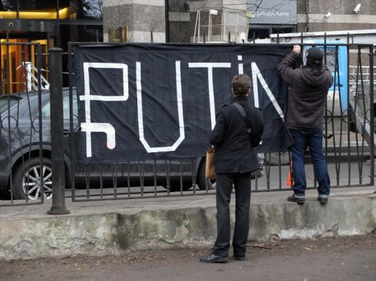 Винить в обвале рубля и в целом - в глубоком кризисе, которые переживает Россия, власти должны только себя. Они этого делать не будут. Но это сделают умные русские люди