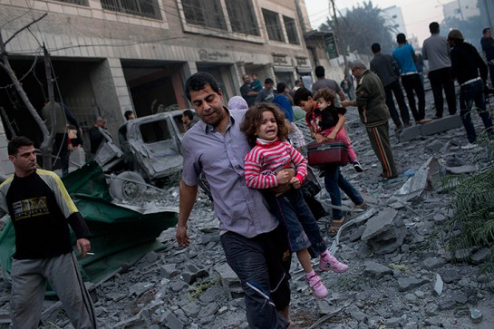 Зачастую израильская и западная пресса рисует жителей Газы «человеческими щитами», которых «Хамас» и другие вооружённые группировки цинично используют в своих целях. Но если посмотреть на историю ленинградской блокады — сами условия блокады стирают чёткие границы между армией и гражданским населением