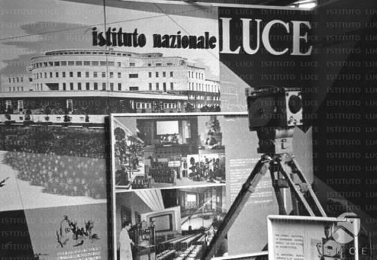 Фашистское правительство в огромных количествах производило сводки новостей (cinegiornali) и патриотические и образовательные короткометражки, создаваемые институтом LUCE (l'Unione Cinematografica Educativa — институтом Союза Образовательного кинематографа), основанным в 1924 году