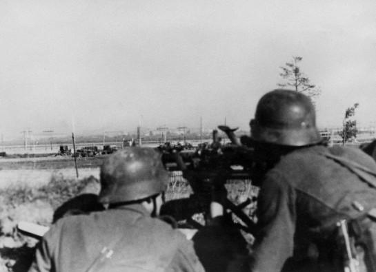 Гитлеровские войска обстреливает Петергофское шоссе на северной окраине Урицка (Лигово).