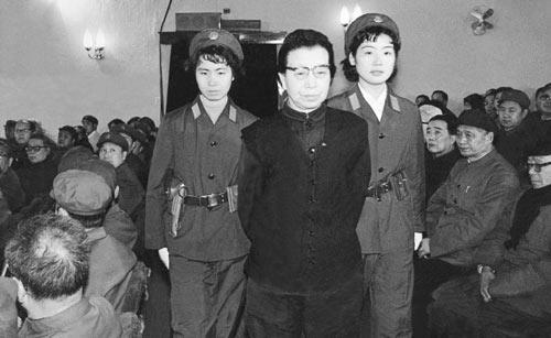 "Цзян Цин арестовали  прямо в покоях дворца Чжуннаньхай / На фото: процесс над ""бандой 4-х"""