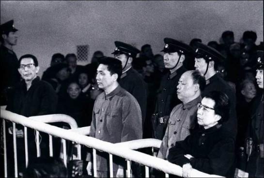 """«Банда 4-х»  сложилась в 1972 году. Старшей по возрасту и статусу была Цзян Цин. К ней пристроились трое: Чжан Чуньцяо — типичный интриган-карьерист, Яо Вэньюань — полоумный теоретик, Ван Хунвэнь — не по разуму энергичный тупица с преданными глазами / На фото: процесс над """"Бандой 4-х"""""""