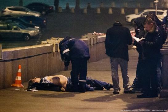 Неизвестный четыре раза выстрелил в Бориса Немцова. От полученных ранений политик скончался