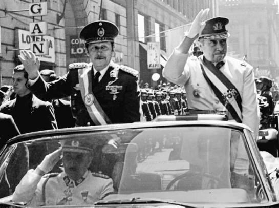 Сын немецкого эмигранта и большой поклонник Гитлера, Стресснер безраздельно властвовал в Парагвае 35 лет. За жестокость и долгий срок правления он получил кличку «тиранозавр» / На фото: Альфредо Стресснер слева, справа - Аугусто Пиночет - диктатор Чили