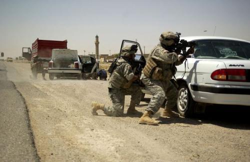 """Американские солдаты ведут бой, прикрываясь автомобилем российской """"Волгой"""""""