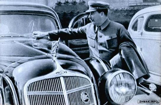 Если Сталин создавал и развивал, то Путин неуклонно продолжает разрушать остатки того, что осталось от былой индустрии / На фото: Сталин у  ЗИС-115