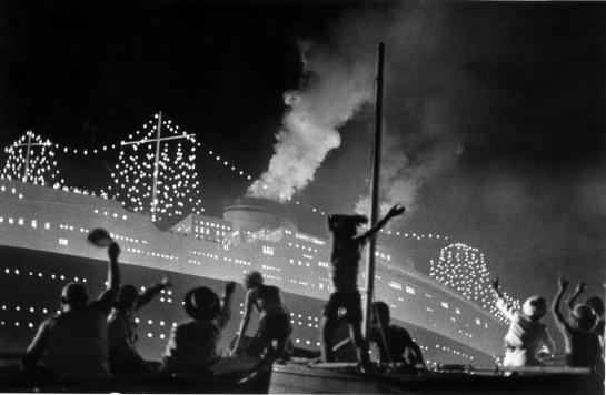 И как огромный лайнер «Рекс», роскошный символ великолепия режима, смотреть на который отправляются на лодках все жители, фашистское двадцатилетие проходит мимо городка, пусть громко гудя и сверкая золотом огней на чёрной рубашке палуб