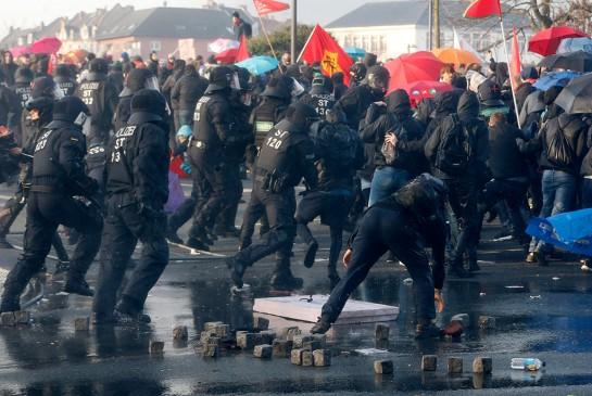 Восемьдесят восемь сотрудников полиции получили ранения в результате несанкционированной акции протеста во Франкфурте-на-Майне, заявила журналистам представитель городской полиции Хессер Кошиг