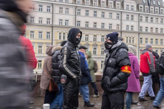 В числе добровольных помощников полиции мелькали малолетние наци, прятавшие свои лица под банданами