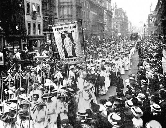 Демонстрация суфражисток в Лондоне в марте 1910 г. На плакате написано – «От тюрьмы – к гражданству». Каждая из стрел, которые несут суфражистки означает осуждение существующих порядков