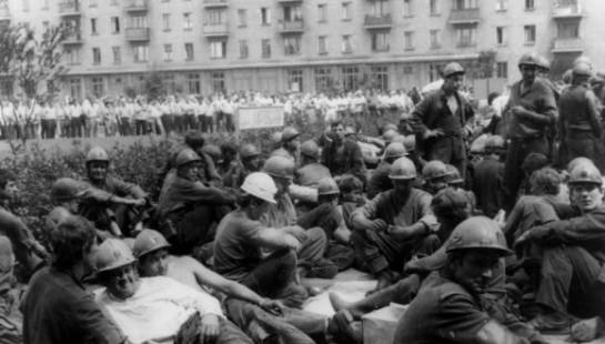 Донбасские горняки во многом повторили судьбу всесоюзного шахтёрского движения, также стали разменной монетой в играх местной и украинской элиты, также стали не нужны политикам, когда те достигли своих целей / На фото: 1989 год: шахтёры Донбасса  оккупировали Донецк