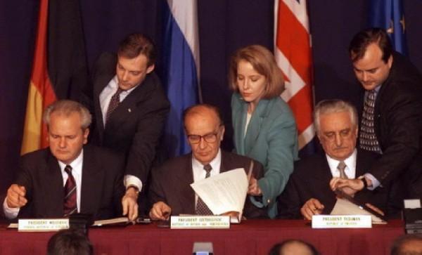 Подписание Дейтонского соглашения, легшего в основу урегулирования конфликта в Боснии и Герцеговине. На фото слева направо: Слободан Милошевич, Алия Изебетгович, Франьо Туджман