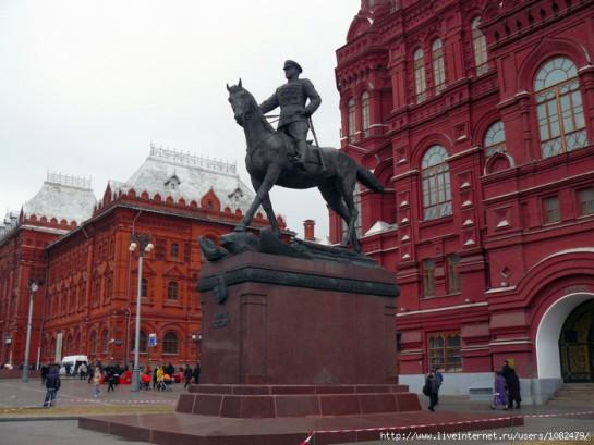 Исходя из логики освещения конфликта в Донбассе, кому стоит памятник на Манежной площади в Москве?