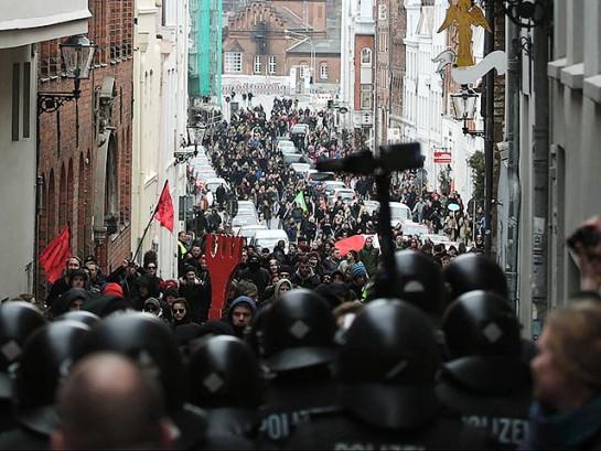 """Участники шествия против G7 не смогли подойти к ратуше, где проходил приём в честь гостей встречи """"большой семёрки"""", поскольку полиция перекрыла все близлежащие улицы"""
