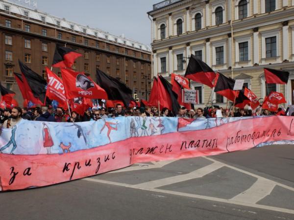 В профсоюзной «колонне» в основном маршируют левые активисты. И всё бы ничего. Их лозунги, их транспаранты вполне отвечают принципам первомайского праздника. Но окружение!