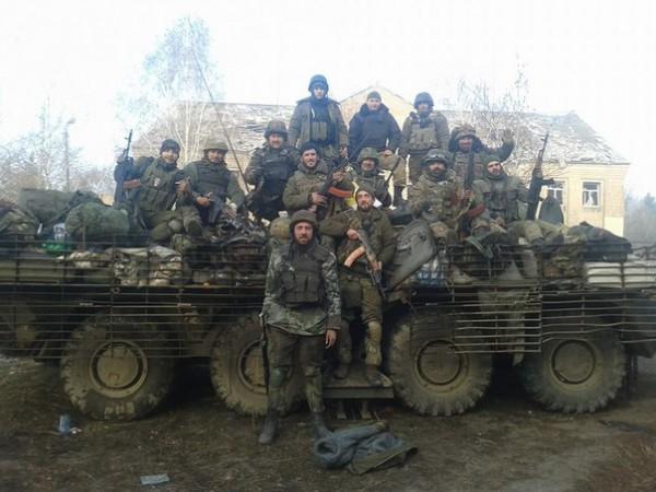 """""""Нас там стояла горсть, и мы были абсолютно безбашенными. Армейцы не хотели возвращаться после ротации, а мы раз за разом шли в аэропорт"""". На фото Владимир Компаниченко с товарищами """"киборгами"""""""