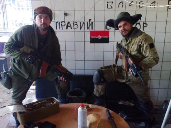 Владимир Компаниченко (справа) вместе с товарищем в зоне АТО