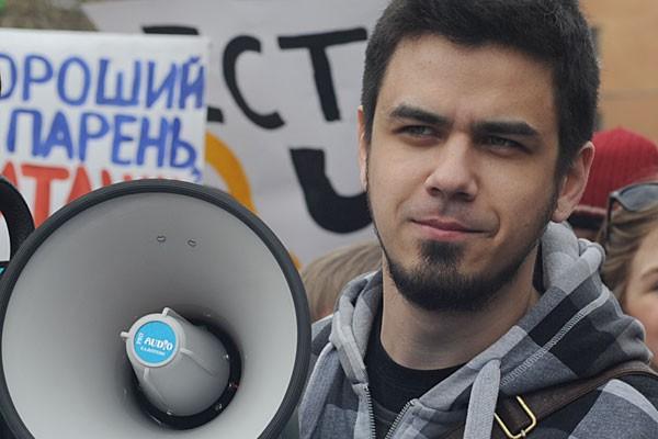 «Меня задержали до завтра. Утром в 11 состоится суд по двум статьям 19.3 и 20.2, по ним светит до 15 суток», - рассказал Лоскутов радиостанции «Говорит Москва»