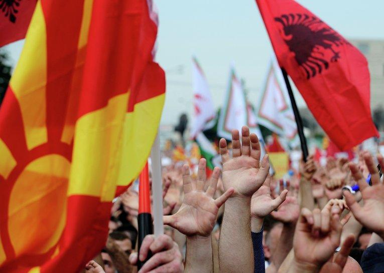 17 мая перед Домом правительства в Скопье собрались несколько десятков тысяч человек.Толпа сторонников оппозиции заполнила не только площадь, но и окрестные улицы
