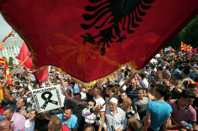 """""""Победа, победа!"""" — кричат демонстранты на македонском и албанском. Явное проявление стремления к национальному единству, передаёт корреспондент итальянской газеты  La Repubblica"""