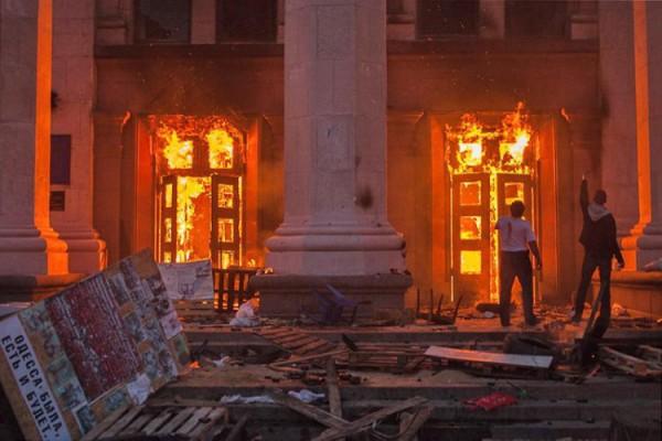 """Обстрелы жилых кварталов, тысячи убитых на фронте, голод и нужда - всё это могло стать частью жизни Одессы, если бы 2 мая 2014 года не был подавлен пророссийский """"антимайдан"""""""