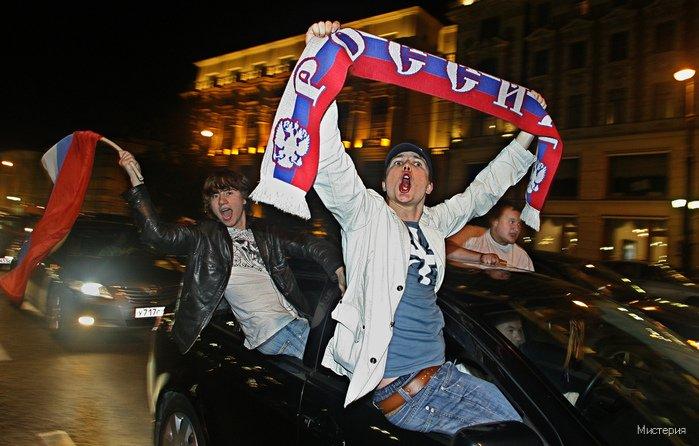 После победы российской футбольной сборной над голландской многие посетители интернет-форумов выражали недовольство участием в праздничных гуляниях кавказцев и азиатов. Нечего, мол, им примазываться к русской победе