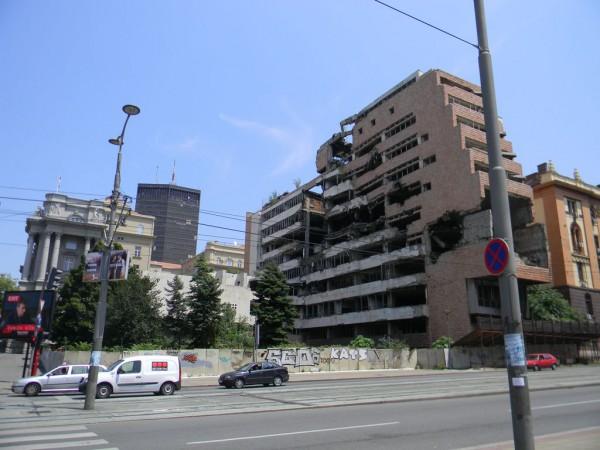 Белград тогда пережил 212 воздушных ударов. Я видел последствия — разрушенные здания министерств обороны и внутренних дел… / Разрушенное здание Министерства обороны в Белграде