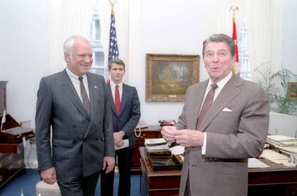 4 апреля 1985 года. Один из лидеров контрас Адольфо Калеро на встрече с президентом США Рональдом Рейганом