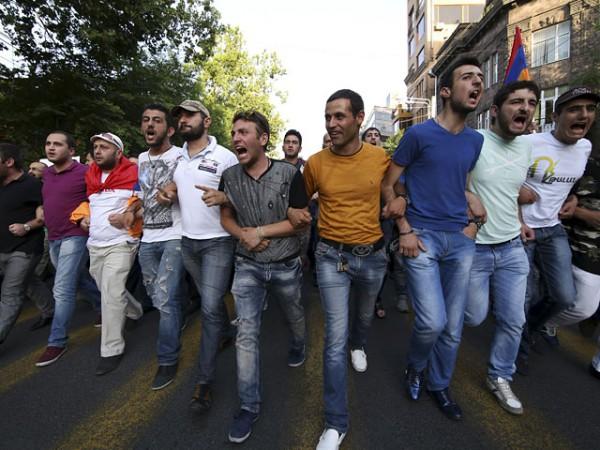 Армянские активисты требуют не только заморозить решение по тарифам, но и отпустить всех задержанных