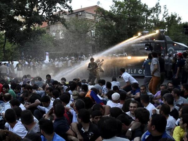 В ночь на 23 июня несколько тысяч человек направились с площади Свободы, где они проводили «сидячую забастовку», на проспект Баграмяна, где расположена резиденция президента Армении Сержа Саргсяна. Полиция применила против них водомёты