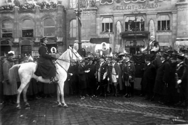 В 1919-м после эвакуации из Будапешта румынских войск Хорти вступил в город на белом коне и объявил о том, что прощает «грешную столицу»