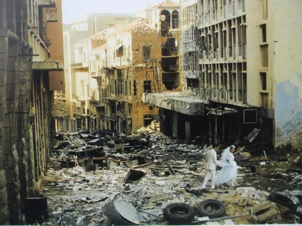 Страна, не так уж давно именовавшаяся «ближневосточной Швейцарией», лежала в руинах. 150 тысяч погибших. 25 миллиардов долларов экономических потерь / На фото: свадьба в Бейруте в 1982