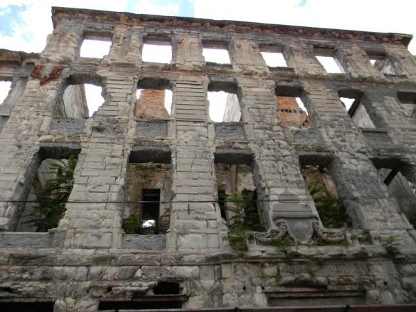 Боснийская война закончилась 20 лет назад, но следы её видны до сих пор / Здание в Мостаре