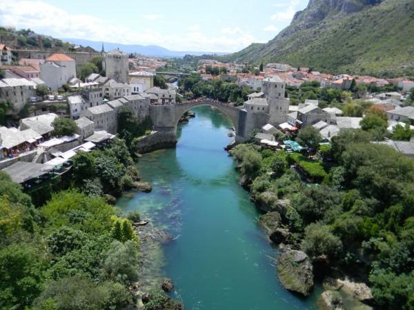 Старый мост — символ Мостара, построенный архитектором Мимаром Хайреддином в середине XVI века, когда Османской империей, куда входила Босния и Герцеговина, правил султан Сулейман Великолепный